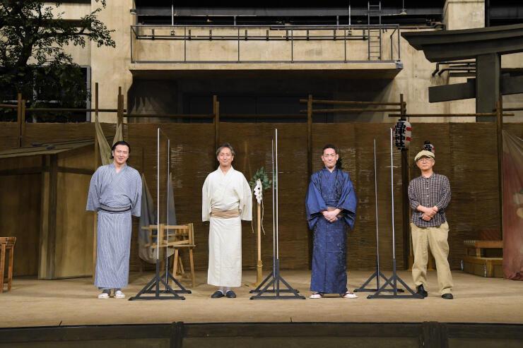 シアターコクーン(東京)の舞台セット上からオンラインで意気込みを語った(右から)串田さん、中村勘九郎さん、七之助さん、尾上さん(c)松竹