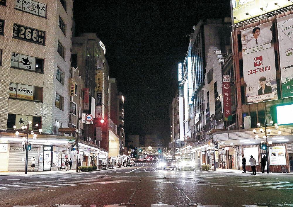 閑散とした片町スクランブル交差点。青信号でも渡る人の姿はまばら=12日午後8時10分、金沢市