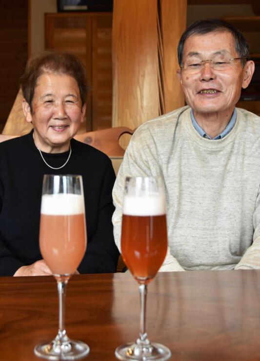 試作中のルバーブビールを前に話す原田さん夫妻
