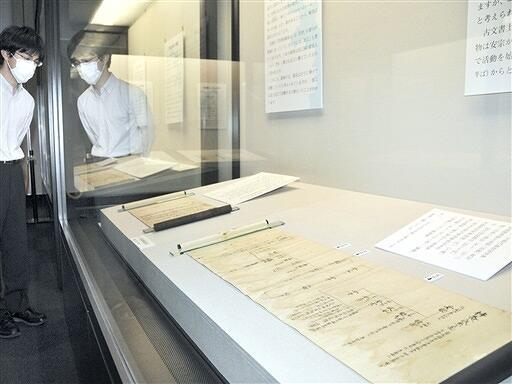南北朝から江戸時代までの漁村の歴史や暮らしを伝える古文書9点が並ぶ特別公開展=5月12日、福井県小浜市の県立若狭歴史博物館