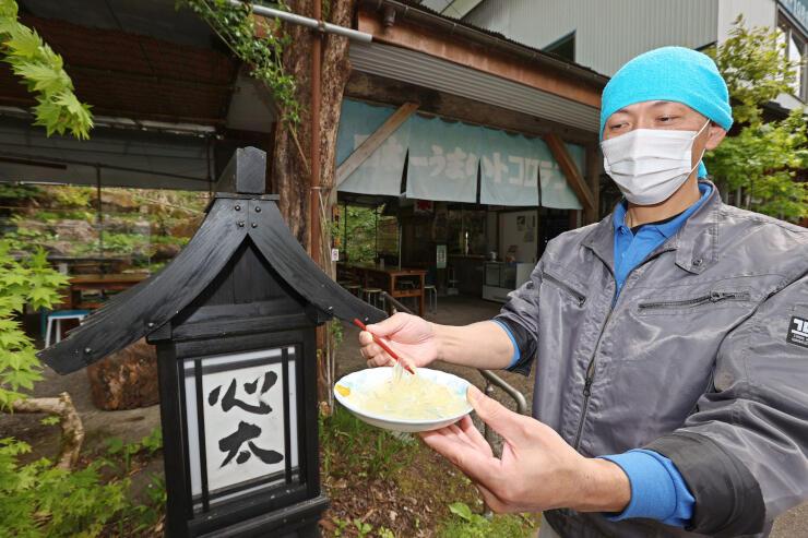 今季の営業が始まったところてん店と、店主の武江稔さん=12日、上越市大島区