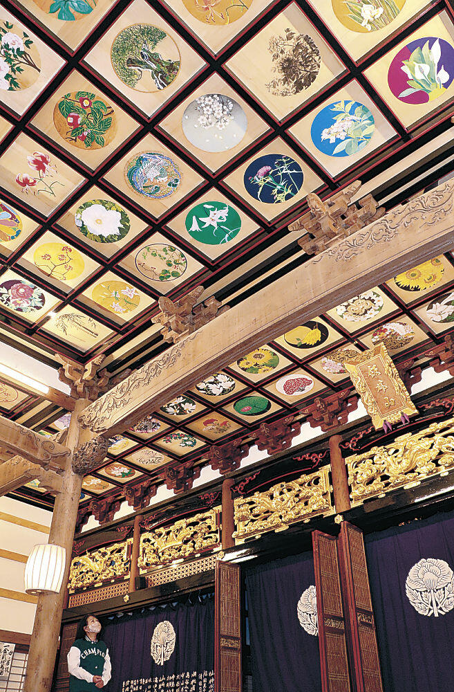 本堂を華やかに彩る天井画=能登町合鹿の福正寺
