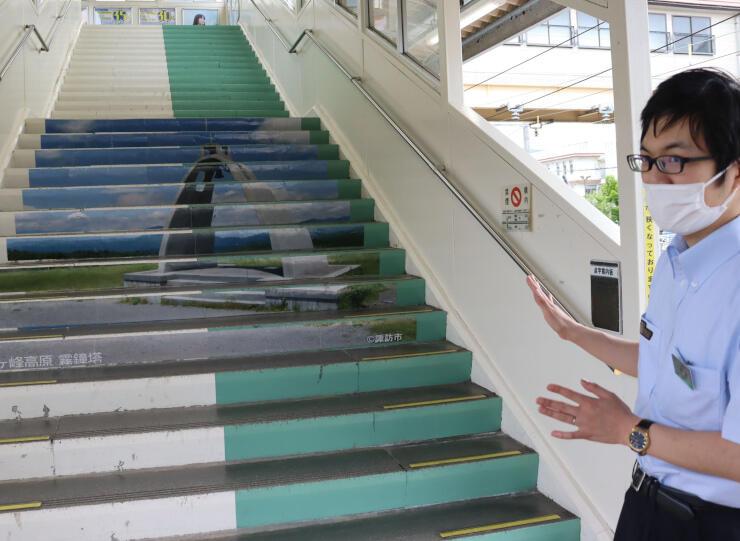 上諏訪駅に登場した霧ケ峰高原の階段アート
