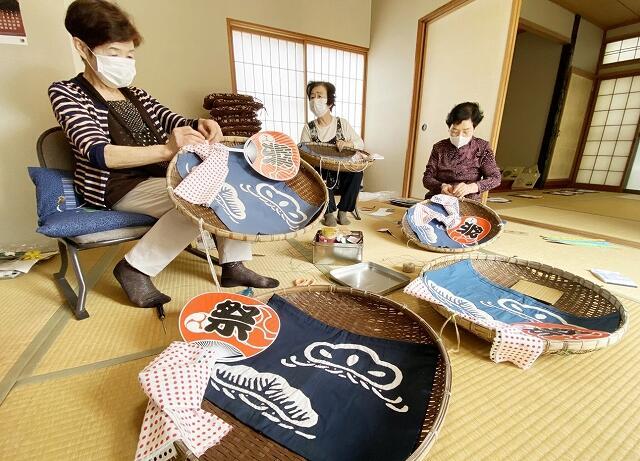三国祭用の飾り物を作るメンバー=5月14日、福井県坂井市三国町南本町3丁目の松ケ下つどい館