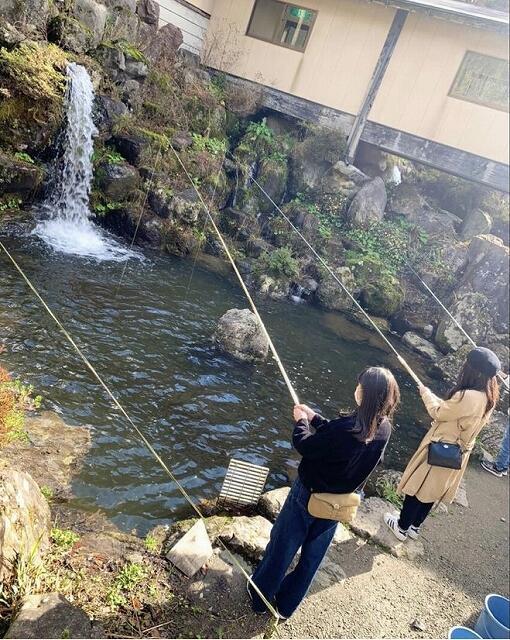 山の中で魚釣りを楽しむことができる「天池の宿」=福井県池田町