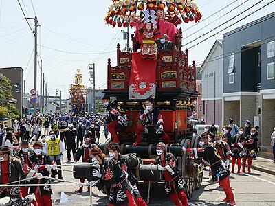 2年ぶり花山車巡行 伏木曳山祭、7基威勢よく