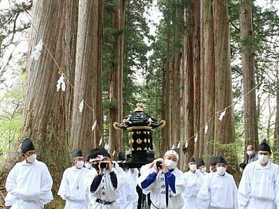 杉の参道を神輿厳かに 戸隠神社式年大祭