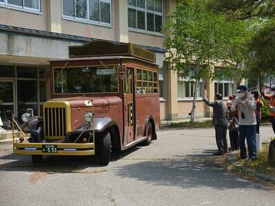 大町に映えるレトロなバス 国際芸術祭先行展に合わせ運行