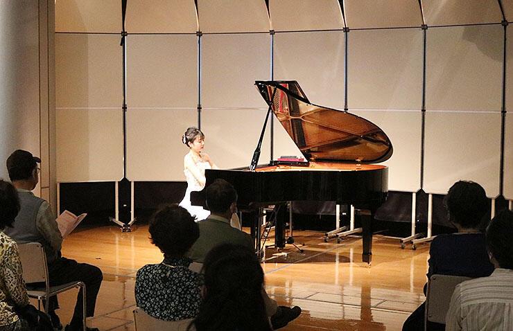 ピアノを演奏する河原さん