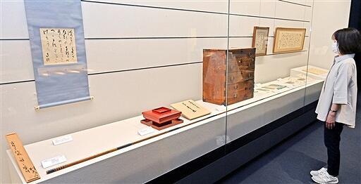 福井県ゆかりの作家の品々を展示する新収蔵品展=5月15日、福井県福井市の県ふるさと文学館