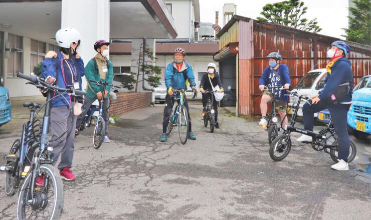 自転車で地域を巡ってツアーを考える参加者