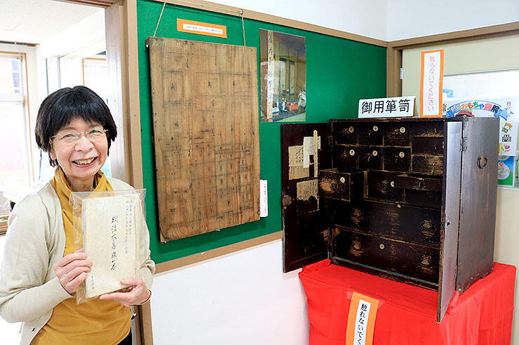 古文書や古いたんすを紹介する寺崎さん