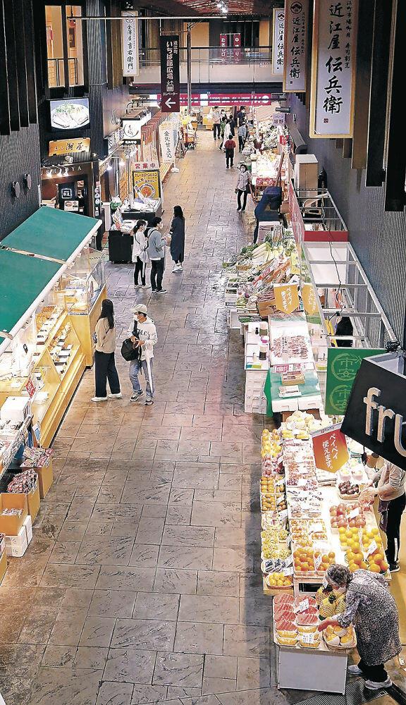 観光客が減り、閑散とした近江町市場=17日午前10時15分