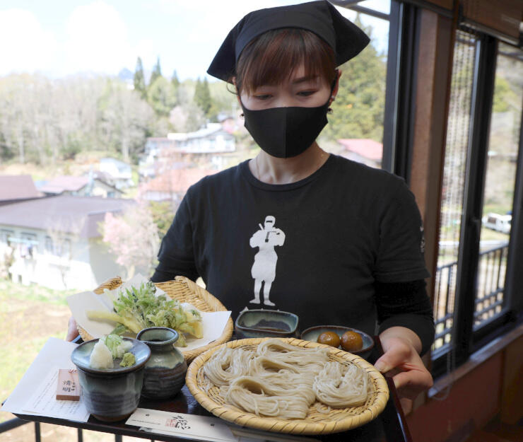 「木守り」(左下)や山菜の天ぷらなどをセットにした「清明そば」