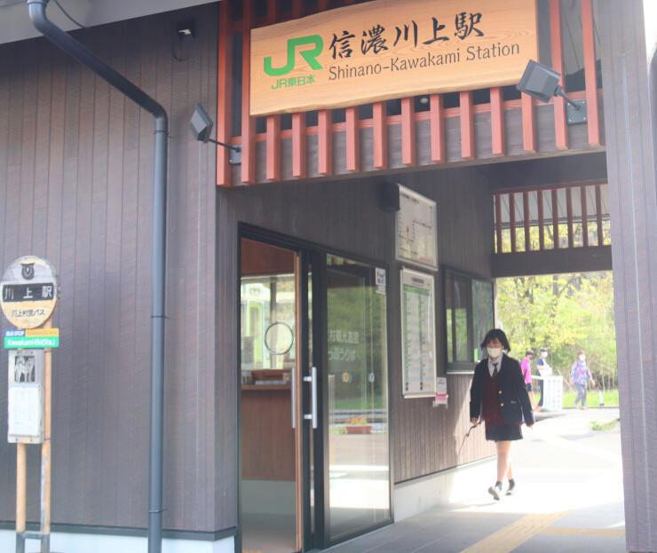 新しくなった信濃川上駅舎の改札通路