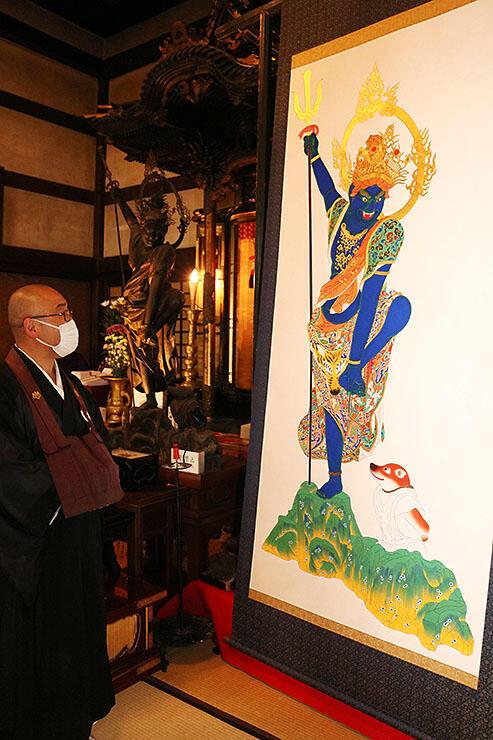 完成した烏瑟沙摩明王像の彩色画。奥に祭られているのが木像