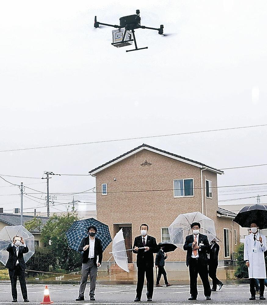 有人エリア上空を飛んで医薬品を配送したドローン=加賀市文化会館駐車場