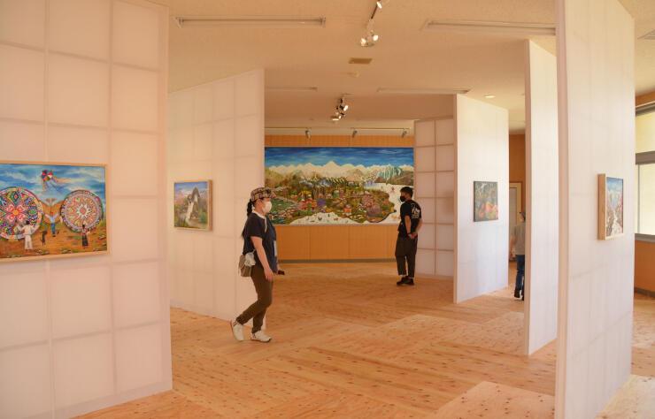 障子のような壁に飾られたポウラさんの作品