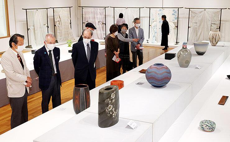 金工や漆芸など7部門188点が並んだ日本伝統工芸富山展=高岡市美術館