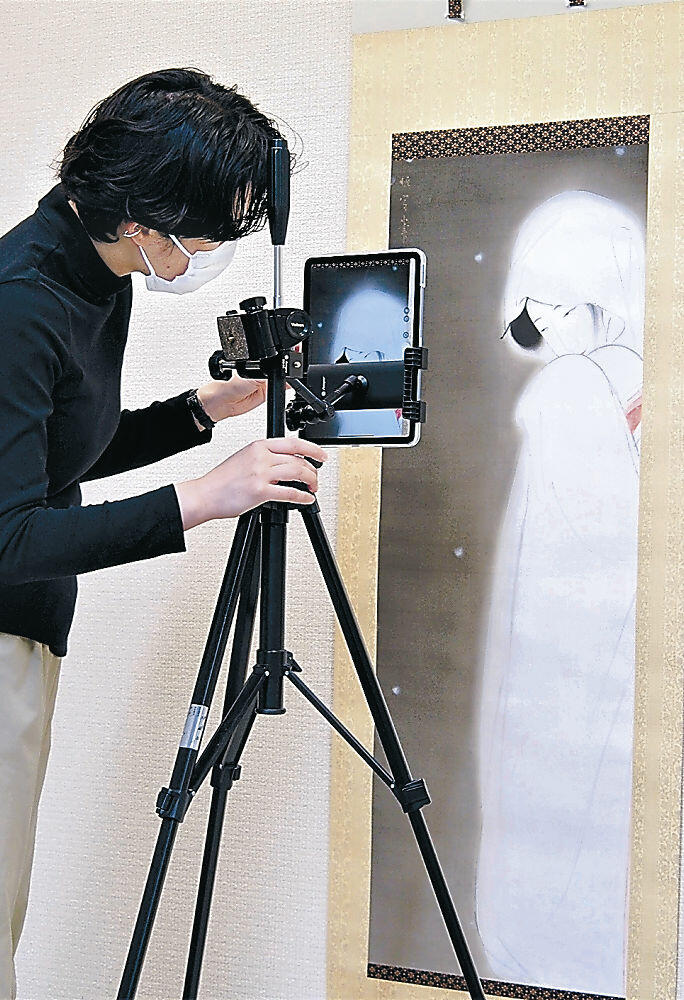 展示作を撮影する職員=金沢市の石川県立美術館