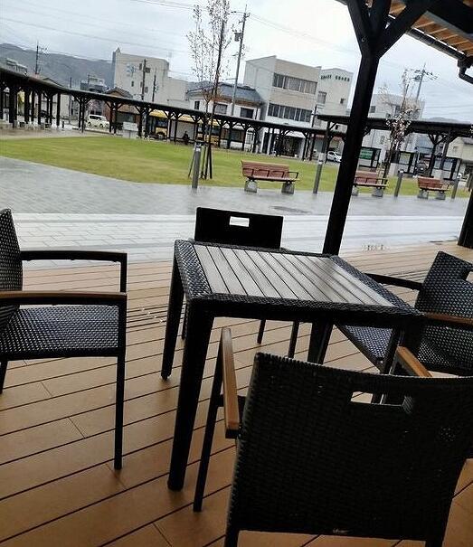 福井県坂井市の丸岡バスターミナル。テラス席で休憩することもできる