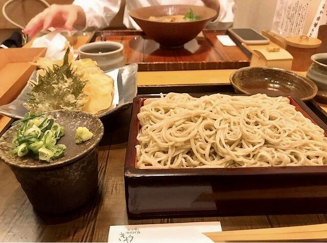 きょうやの「えび天もりそば」=福井県福井市