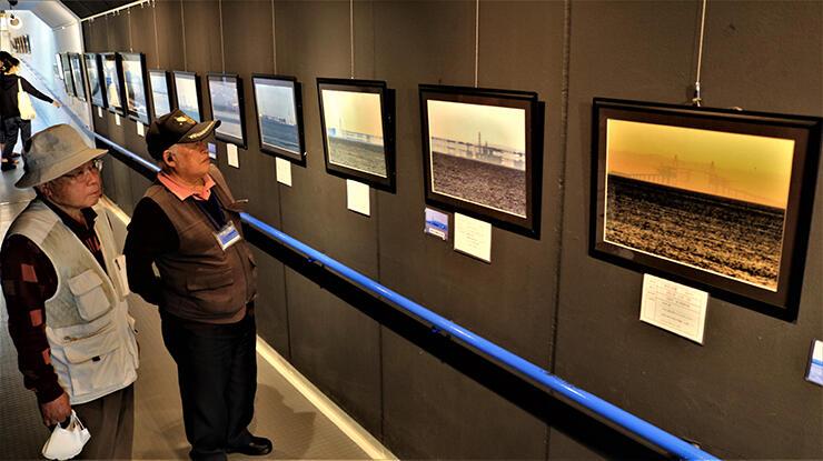 夕焼け色の蜃気楼(右)など近年の作品を紹介する会員たち