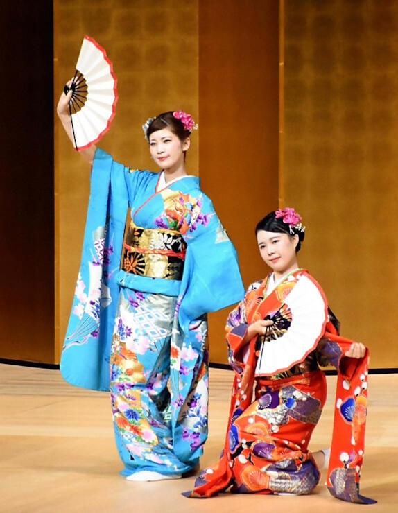 舞踊を披露する県古典芸能会の女性