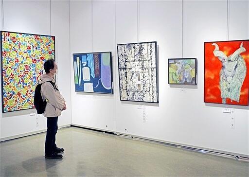絵画・造形部門の作品を鑑賞する来場者=5月22日、福井県福井市美術館