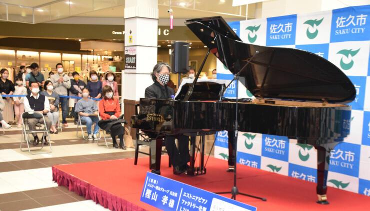 お披露目されたエストニア製のピアノで演奏する末永さん(中央)