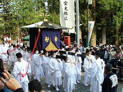 戸隠神社「還御の儀」慎重に 中社から宝光社へ練り歩き