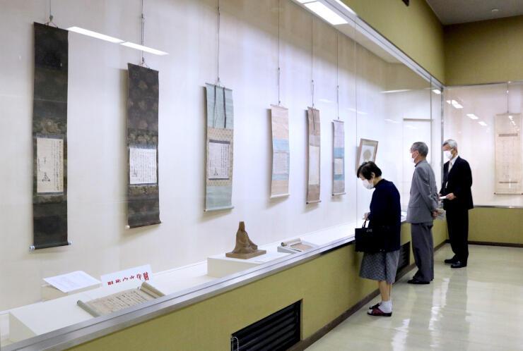 良寛の遺墨や上杉謙信ゆかりの品が並ぶ特別展=燕市上諏訪