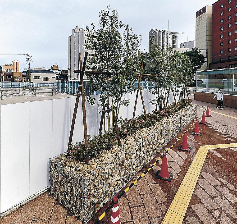 金沢市が金沢都ホテル跡地前に整備した緑地空間=同市此花町