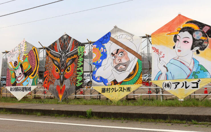 長岡市中之島支所近くに飾られた伝統の六角凧=24日、長岡市中之島