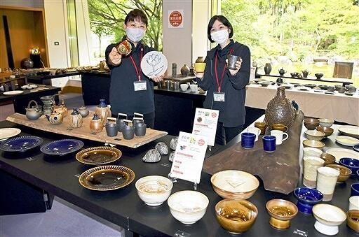 多彩な陶器が並んだ昨年の窯元応援プロジェクト=2020年9月、福井県越前町の県陶芸館