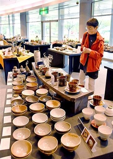 食器など26窯元の力作500点が並ぶ展示会=福井県越前町の越前陶芸村文化交流会館