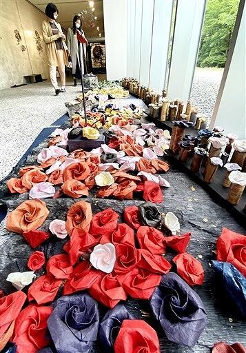 和紙で作ったバラが彩るつたにさんの作品=福井県あわら市の金津創作の森美術館