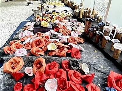 あわら市「金津創作の森」和紙のバラ1000本鮮やか 地元つたにひろこさん個展