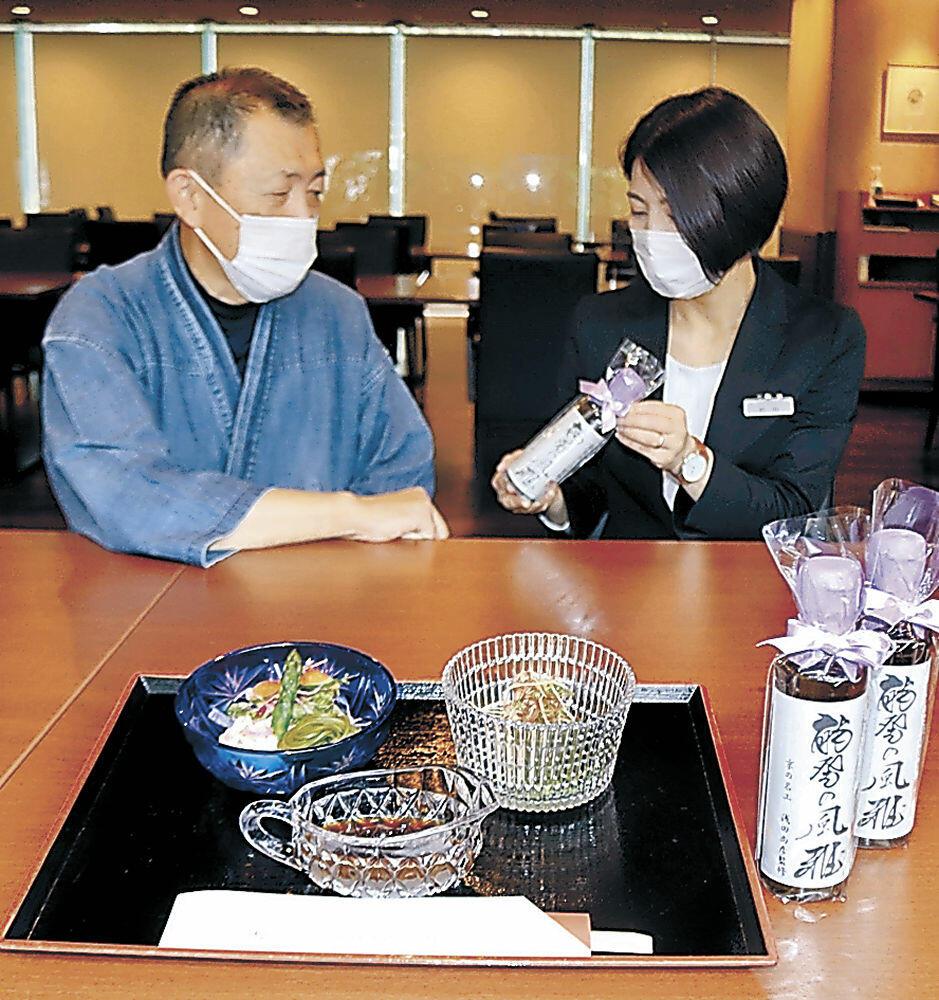 ドレッシングを紹介する浅田さん(左)=珠洲市内のホテル