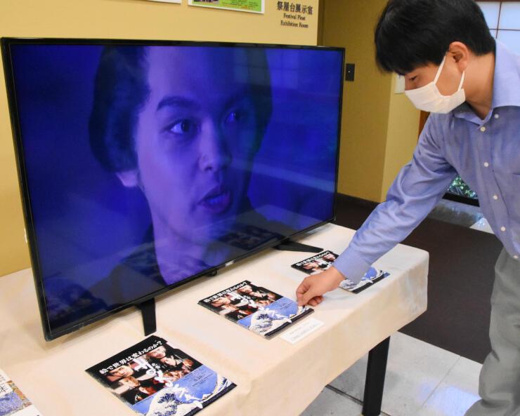 映画「HOKUSAI」のチラシを並べ、予告映像を流している北斎館の特設コーナー