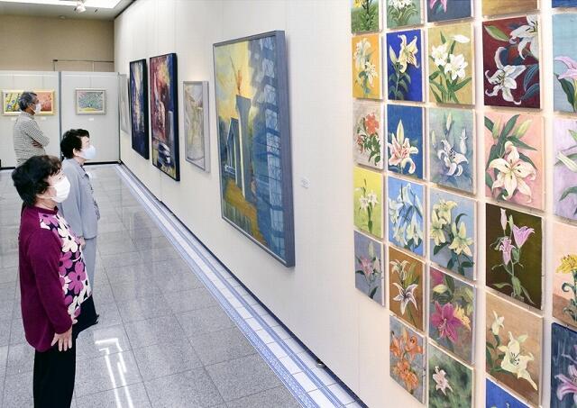 多彩な日本画が並ぶ「紫陽花会」の展覧会=福井県坂井市春江町のハートピア春江