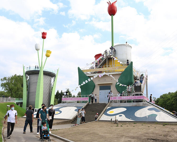大勢の来場者でにぎわう旧チューリップタワー(右)=砺波チューリップ公園