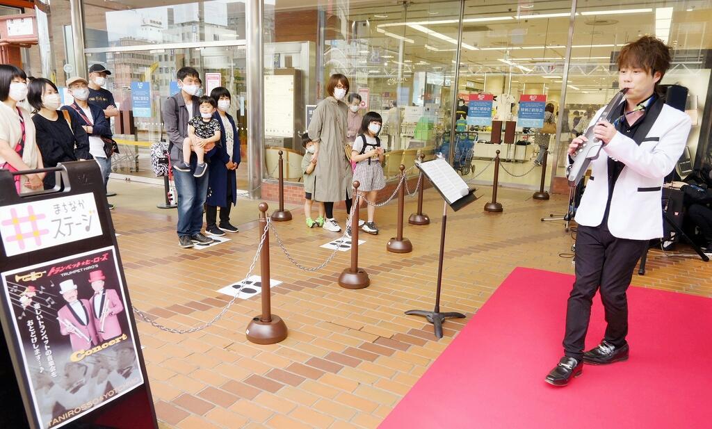 通りすがりの買い物客が見守る中、生演奏が披露された「まちなかステージ」=5月29日、福井県福井市の西武福井店前