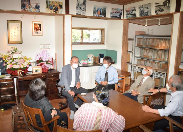 「節夫文庫」に集まり、小林さんの功績や人柄を振り返る依田さん(右から2人目)ら
