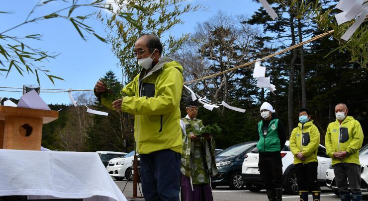 「苔の森開き」で安全を祈る山浦さん(中央)