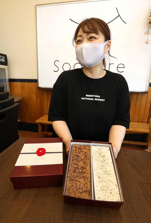 ワインに合うジェラートを開発した小池保子さん。「生ハムや蜂蜜とも合う」とPRする=上越市