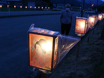 色とりどりトッペ行燈 砺波の種田公民館、県道沿いに62基