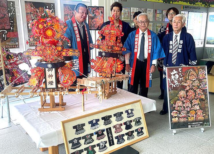 渡辺さん(右)が製作した色鮮やかなミニ行燈