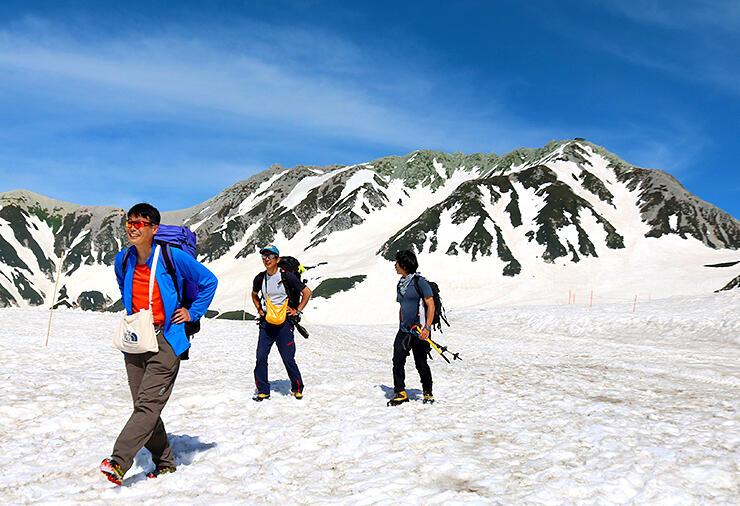 青空の下、半袖姿で散策する登山者 =立山・室堂