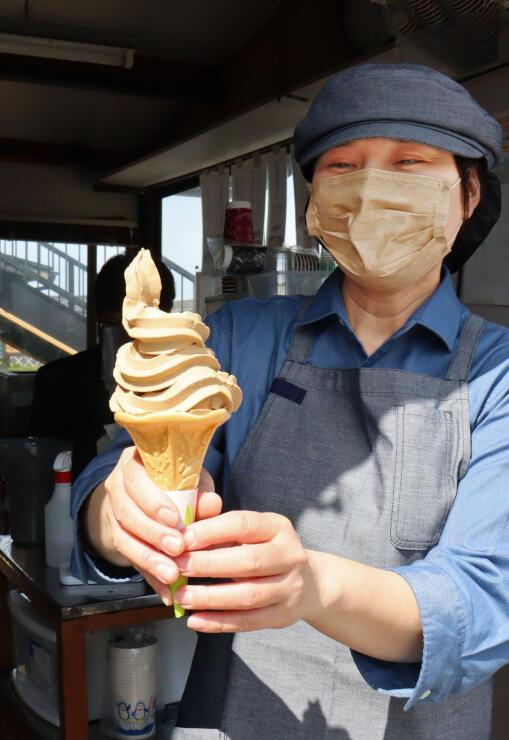 出雲崎町の新たな名物として発売される良寛コーヒーソフトクリーム=天領の里